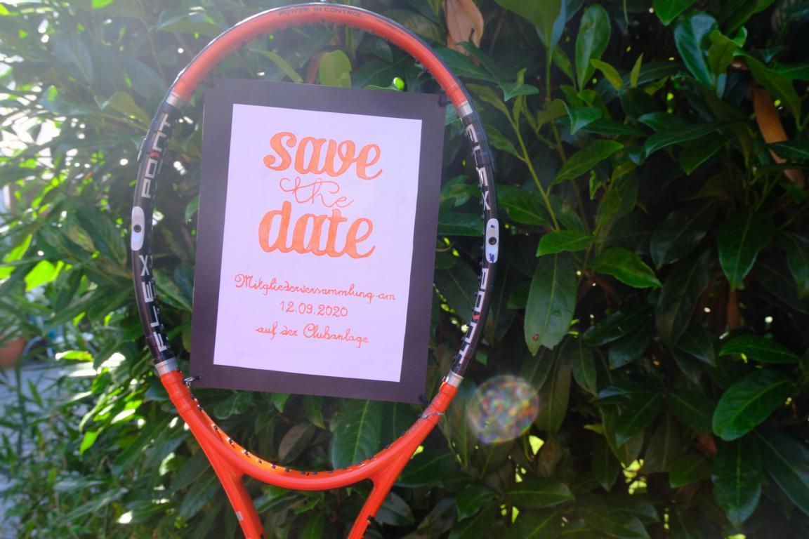 Tennisschläger mit Hinweisschild auf Mitgliederversammlung